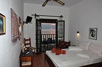 θέα στη θάλασσα από το μπαλκόνι του δωματίου